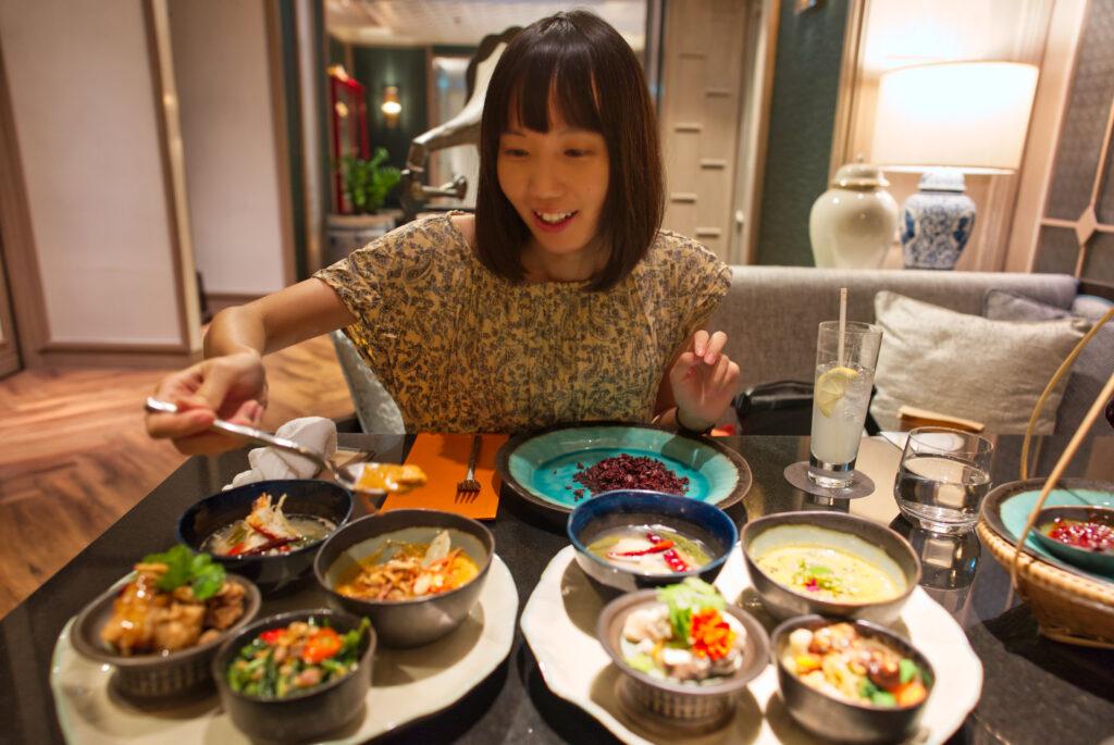 タイ料理を食べる人
