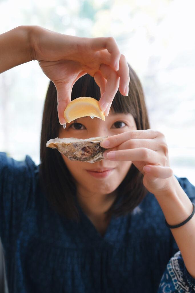牡蠣にレモンを絞る