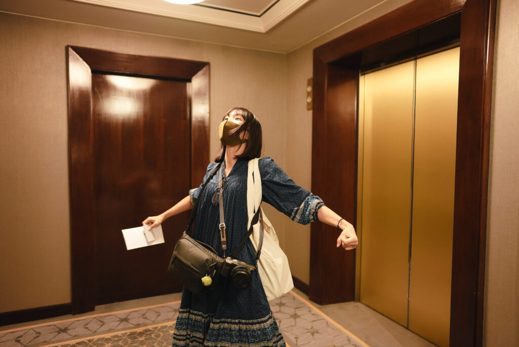 エレベーターから出てきたまいばる