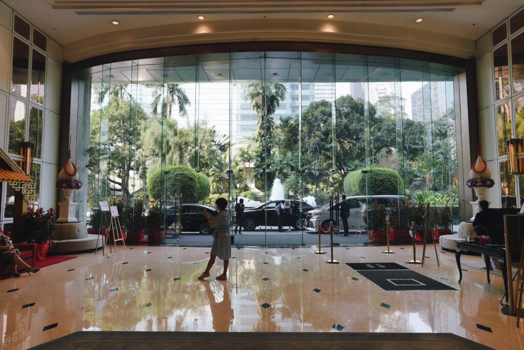 アテネホテルのロビー